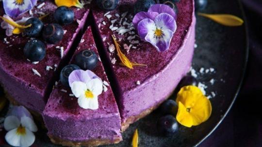 Linda Lomelino verwerkt bloemen in haar taarten