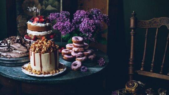 De kookboekschrijfster dekt ook de tafel met bloemen