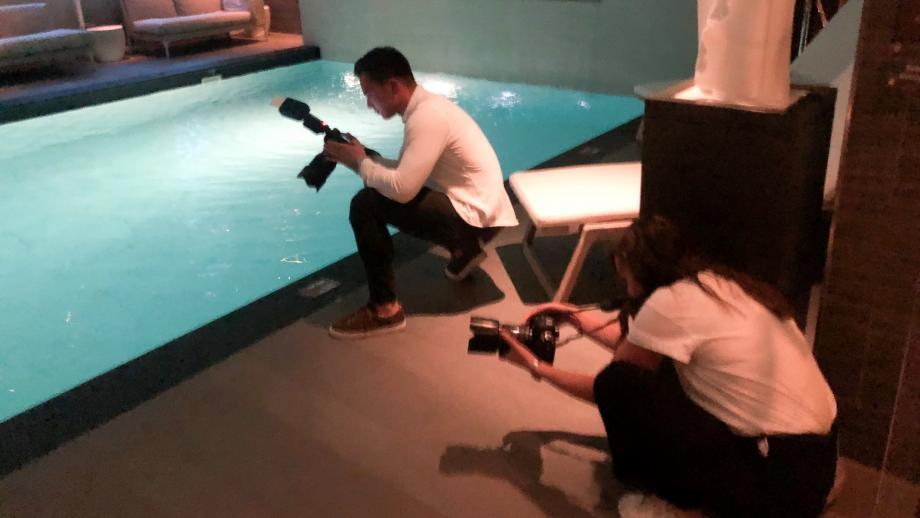Fotografen op hun knieën om meiden bij het zwembad vast te leggen