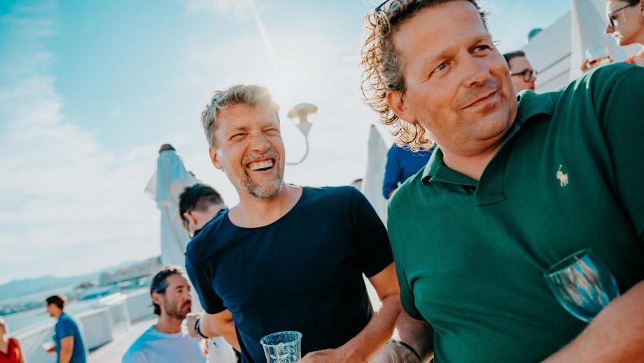 De auteur dezes en Halbo van der Klaauw tijdens de Oranjeborrel in Cannes vorige week