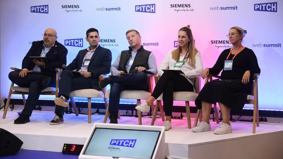 Anneli Rispens (2e van rechts) in de Pitch-jury tijdens de Web Summit