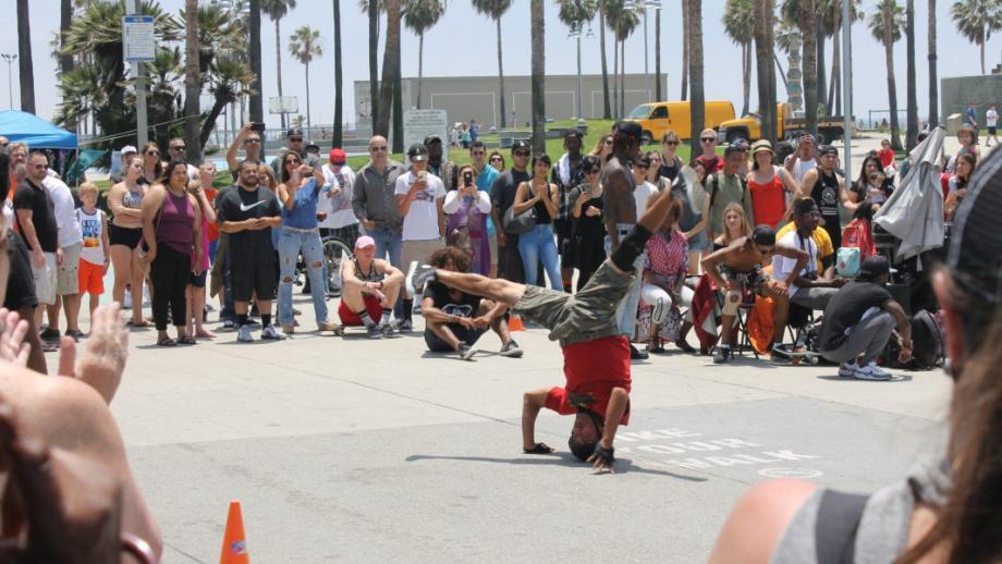 Breakdancer langs het strand tussen Santa Monica en Venice Beach