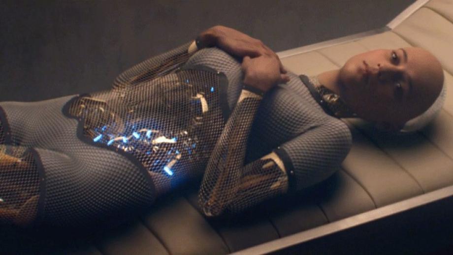 Ava, de sexy vrouwelijke androïde wordt in de film Ex Machina door de mannelijke CEO van een techbedrijf geprogrammeerd en geobserveerd als testobject.