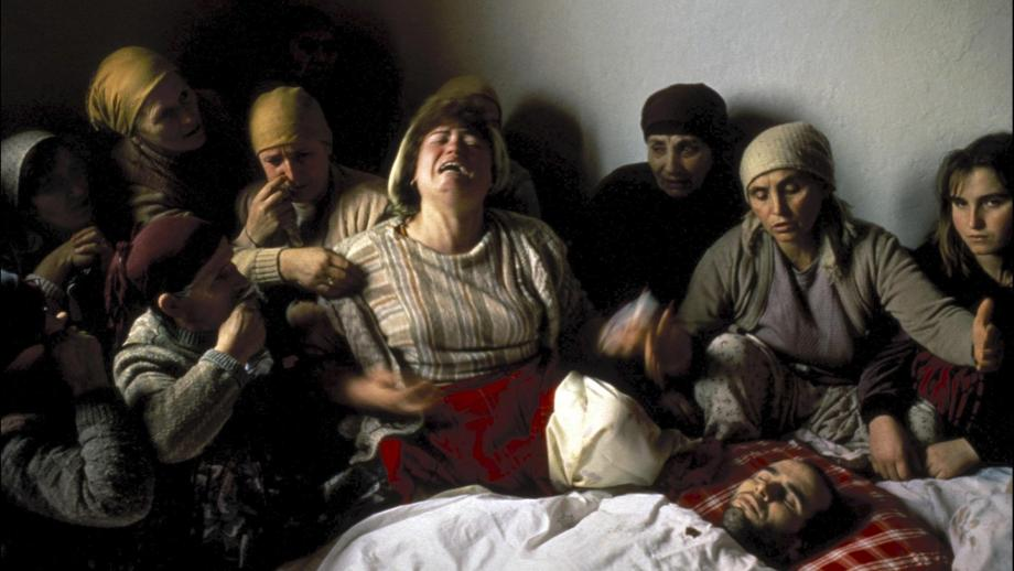 Referentie: Veillée funèbre (begrafeniswake) au Kosovo van Georges Mérillon (1990)
