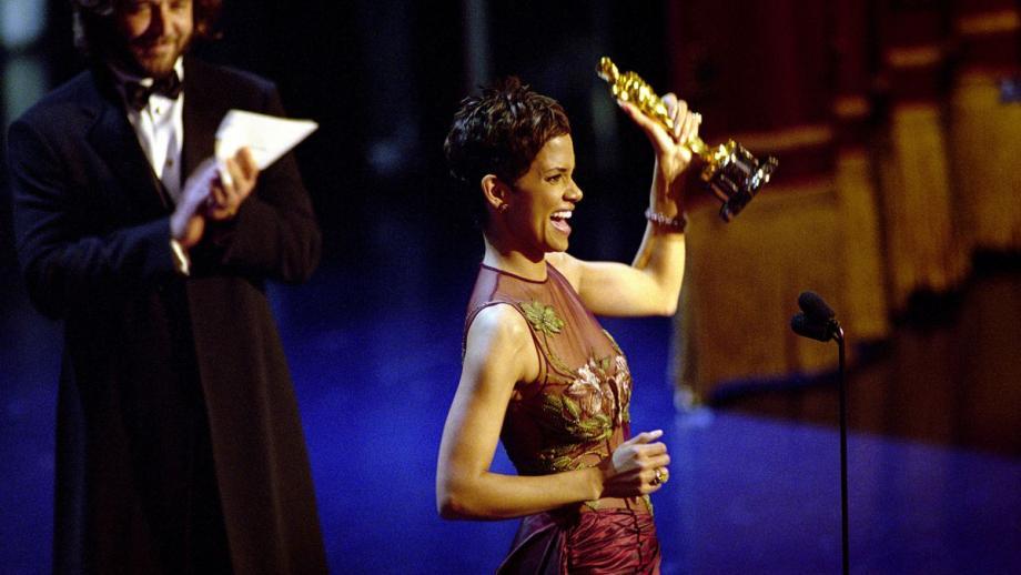 Halle Berry wint Oscar voor beste actrice voor haar rol in Monster's Ball in 2002