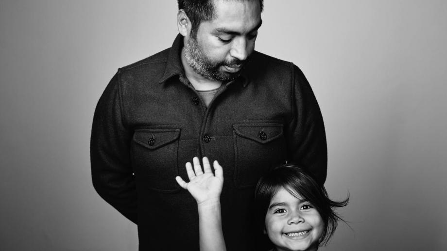 Emilio de Haan met dochter ('voor haar doe ik het'), fotografie Bill Tanaka