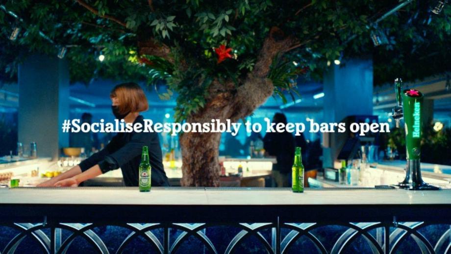 In 'Back to the bars'-campagne claimt Heineken dat er maar één ding beter is dan een avond uit...