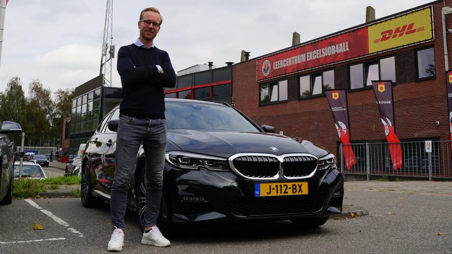 Daan Bovenberg met een BMW voor het stadion van Excelsior