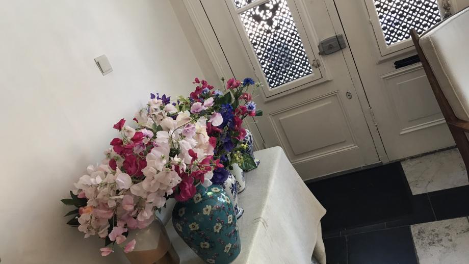 Zelfs bij de voordeur staan bloemen