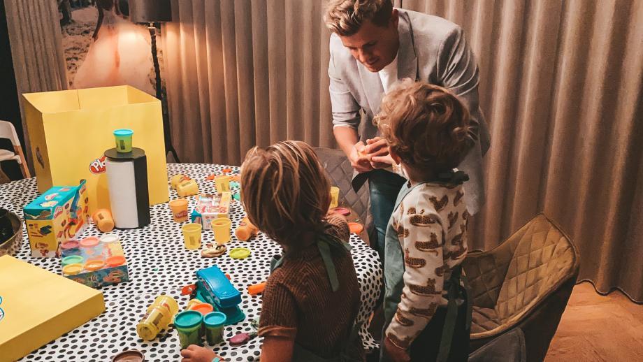 Speelgoedfabrikant Hasbro lanceert campagne om kinderen kleuren laten mixen zonder volwassen beperkingen.