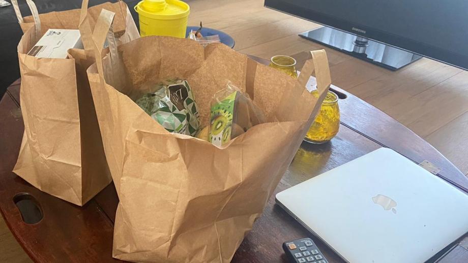 Twee tassen boodschappen