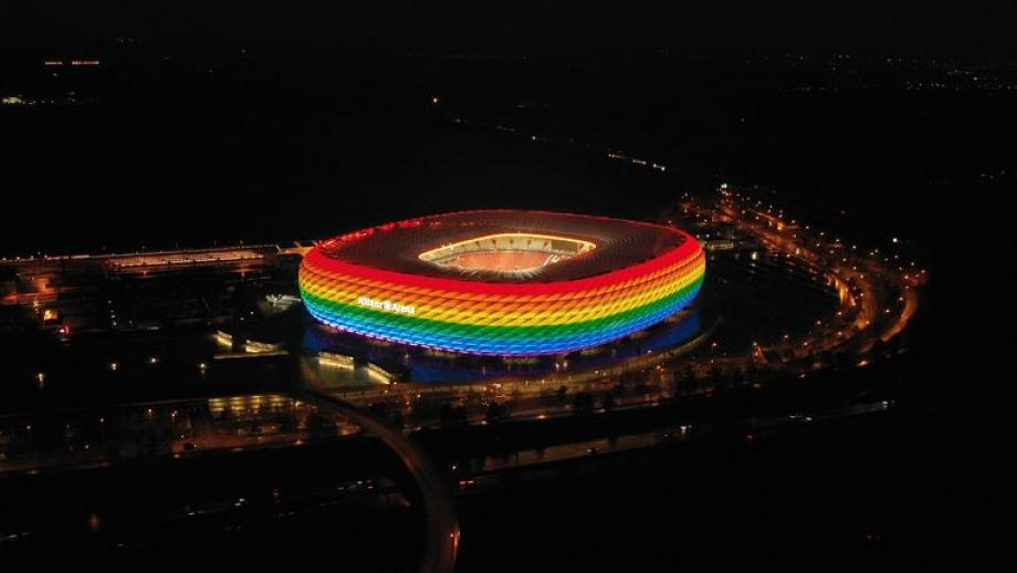 Zo zag de Allianz Arena er eerder uit in regenboogkleuren