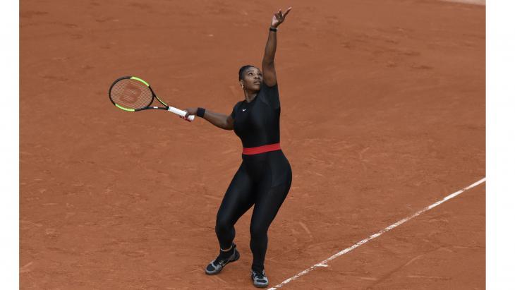 Serena Williams in haar superheldenpak op Roland Garros