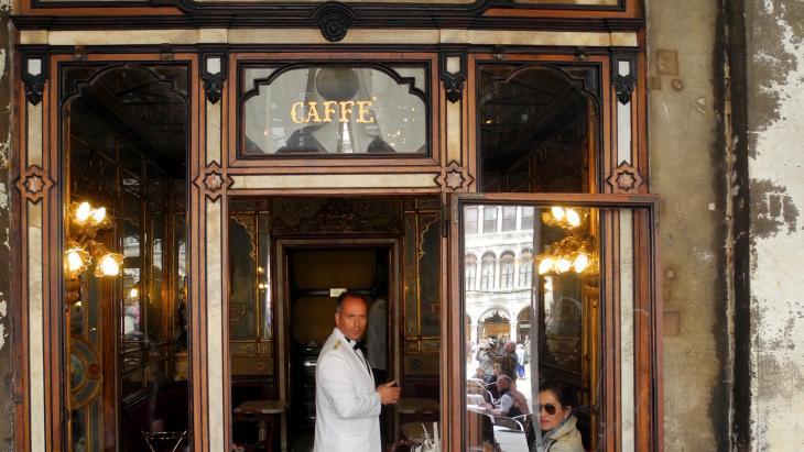 Een ober bij Florian, Venetië