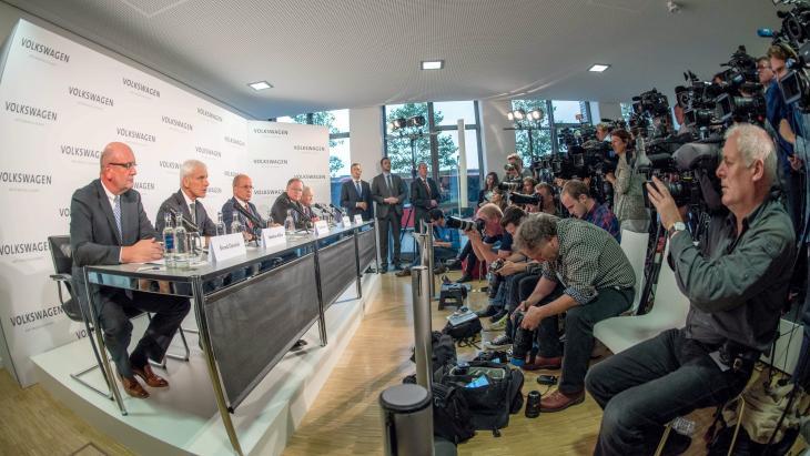 Persconferentie Volkswagen, dat 25% waarde verloor na zaak-sjoemelsoftware.