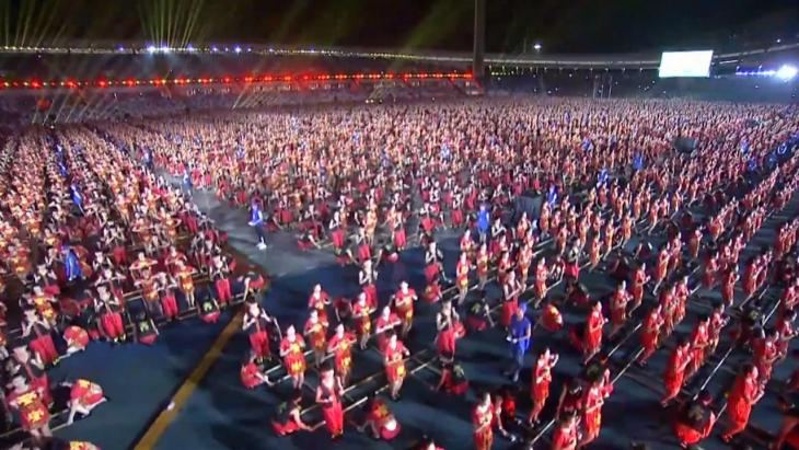 12 duizend chinese studenten voeren een bamboepalendans uit