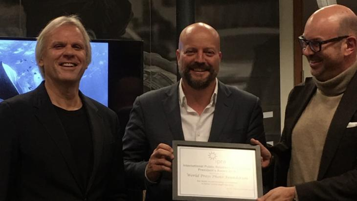 vlnr: IPRA President Bart de Vries overhandigt de President's Award aan Lars Boering, directeur van World Press Photo en Guido van Nispen, lid van de raad van toezicht van World Press Photo.