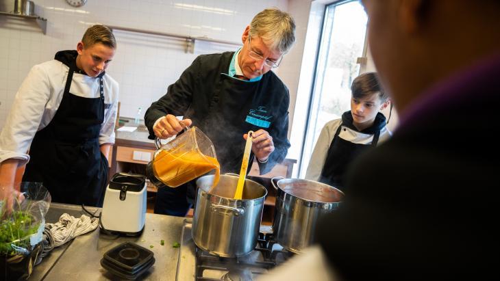 Ariem Slob op werkbezoek, om samen te koken