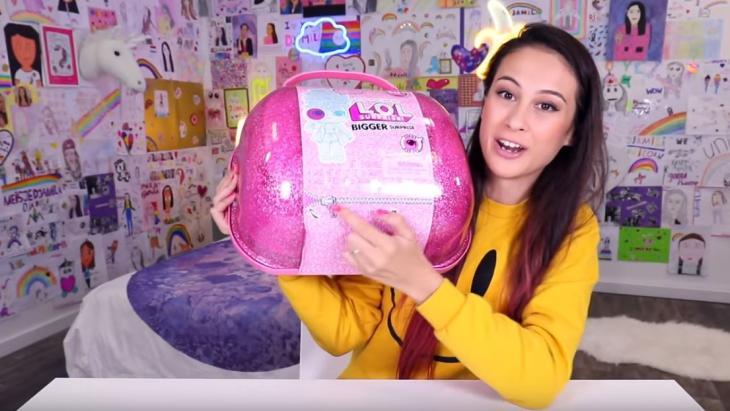YouTube-ster Djamila pakt de grootste L.O.L. surprise uit