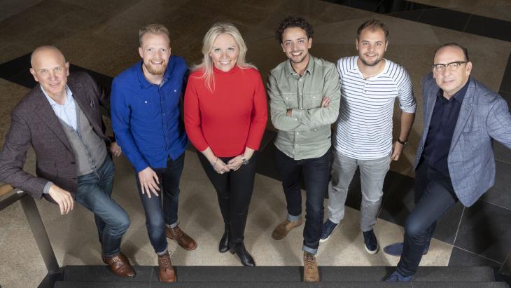 .l.n.r.: Marc Vangeel (CEO TMG), Tom Schoufs (5PM), Mandy van der Wal (Directeur Video TMG), Ronen Wolf (5PM), Jelmer Wind (5PM) en Koos Boot (CFO TMG)