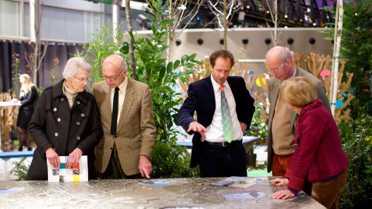 Bewoners op een informatiebijeenkomst gebiedsvisie Internationale Zone Den Haag