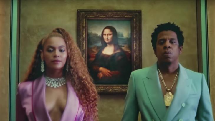 In het Louvre, voor de Mona Lisa