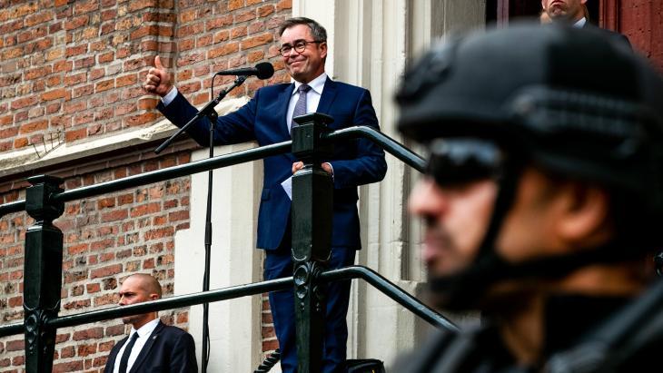Burgemeester Jos Wienen van Haarlem spreekt tijdens een demonstratie als steunbetuiging voor de bedreigingen aan zijn adres.