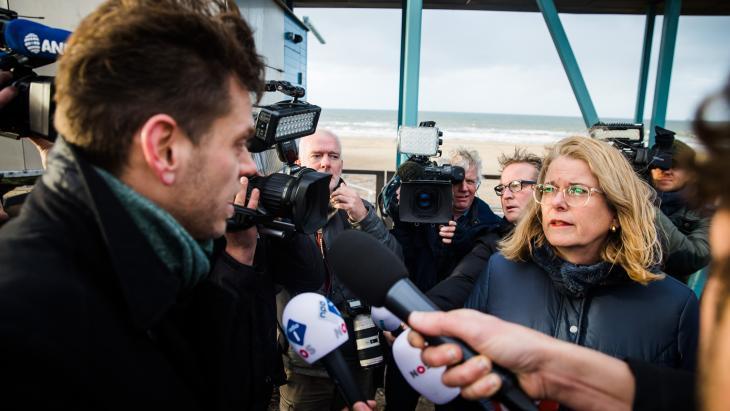 Burgemeester Krikke in gesprek met een boze bewoner van Scheveningen