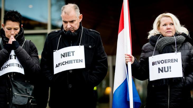 Bewoners protesteren bij het provinciehuis van Flevoland.