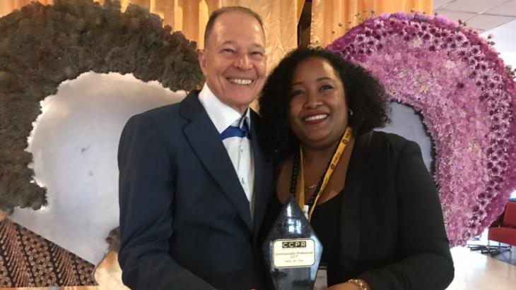 Ook in Suriname is er een Communicatieprofessional van het jaar. Henk van Vliet  kreeg de award  van  Angela van der Kooy van de CCPR