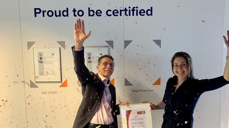 Frans Veraart, Strategic Marketing Specialist Benelux bij Bureau Veritas overhandigt het certificaat aan Maike Boumen, Data Protection Manager bij Merkle Nederland.