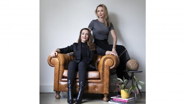 Esther Leloux (r) en Julie Hotchkin
