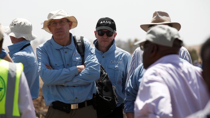 Onderzoekers van de American civil aviation en Boeing inspecteren de plek waar het vliegtuig van Ethiopian Airlines neerstortte