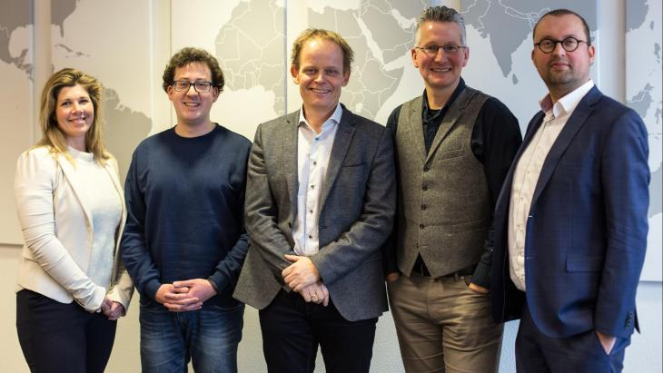 V.l.n.r. Marieke van Echtelt, Mark Vroegrijk en Lucas Hulsebos, (DVJ Insights) en Tammo Bijmolt en Maarten Gijsenberg, (Rijksuniversiteit Groningen)