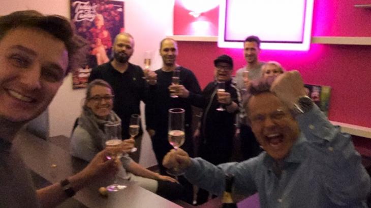Today Canday-medewerkers aan de champagne