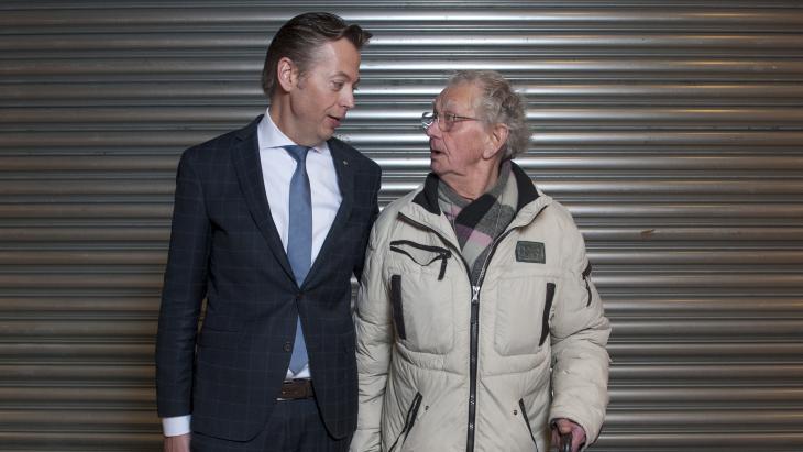 Marcel Huizing met meneer De Wijs, een klant van Dirk van den Broek Marie Heinekenplein