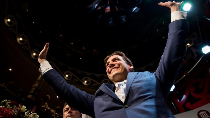 Thierry Baudet (FvD) viert de winst tijdens de uitslagenavond van de Provinciale Statenverkiezingen