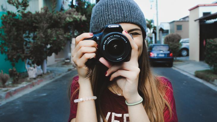Jonge vrouw neemt een foto