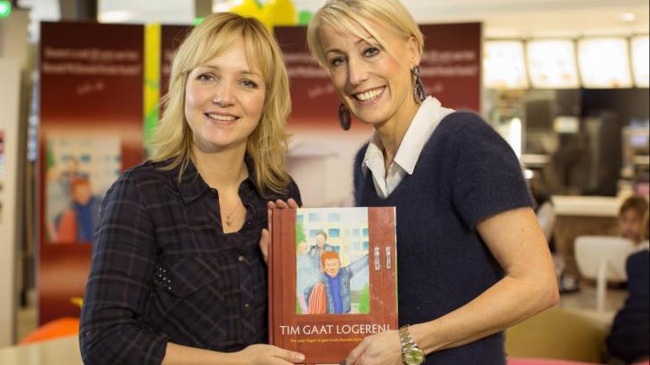 Debbie de Wagenaar (r) met Yvon Jaspers bij de start van een donatiecampagne voor het Ronald McDonald Kinderfonds