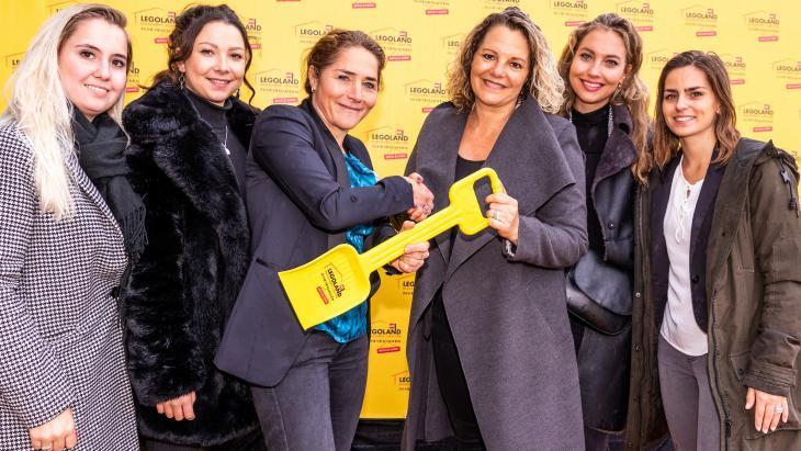 Het accountteam van Smith Communicatie samen met Maaike Schröeder, (3e van links) van Legoland Discovery Centre Scheveningen.