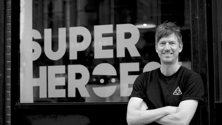 Rogier Vijverberg voor de SuperHeroes-vestiging in New York
