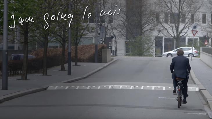 Hans Wijers rijdt weg op zijn fiets