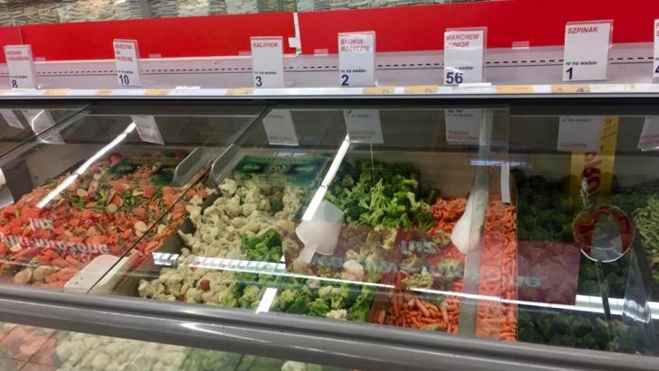 Diepvriesgroente scheppen in Poolse supermarkt