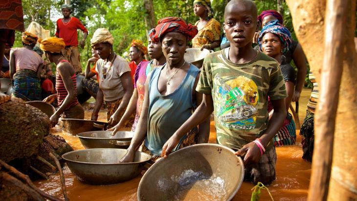 De 13-jarig Karefa Jalloh  werkt 's weekends in de goudmijn in noord Sierra Leone