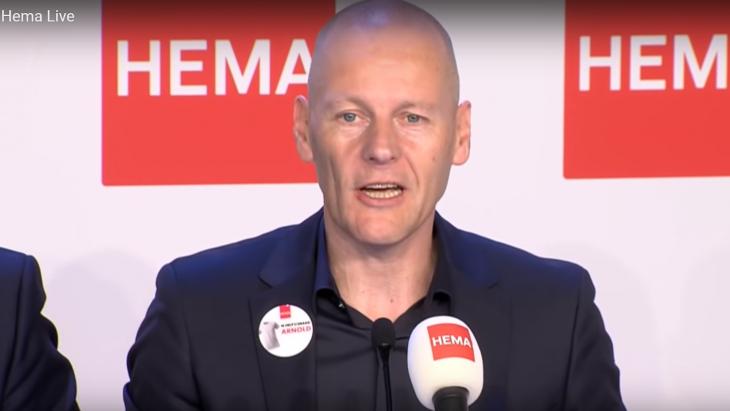 Arnold Drijver tijdens de persconferentie van Hema waarin de overname bekend werd gemaakt.
