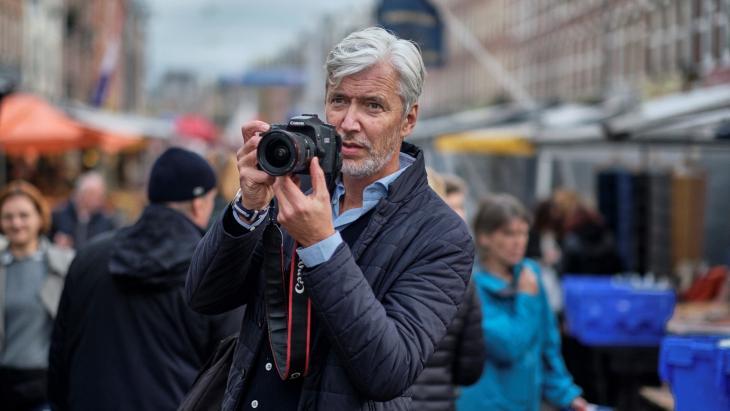 Philip Kok met zijn spiegelreflexcameraCanon, EOS 50D: 'De straat is de plek waar ik inspiratie zoek'