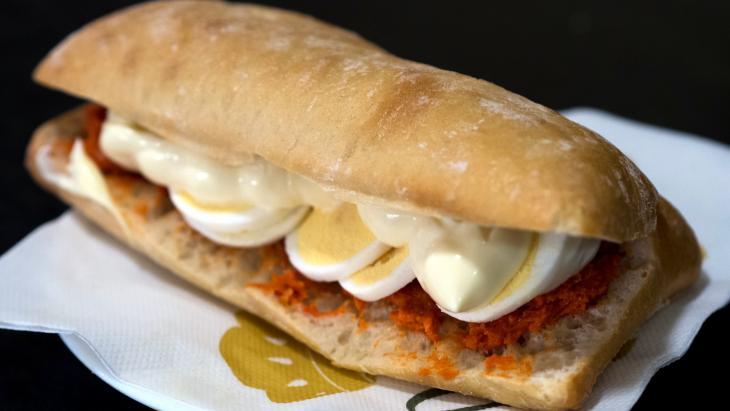 Broodje filet met ei en mayo (bij gebrek aan rechtenvrij beeld van een Broodje Martino)
