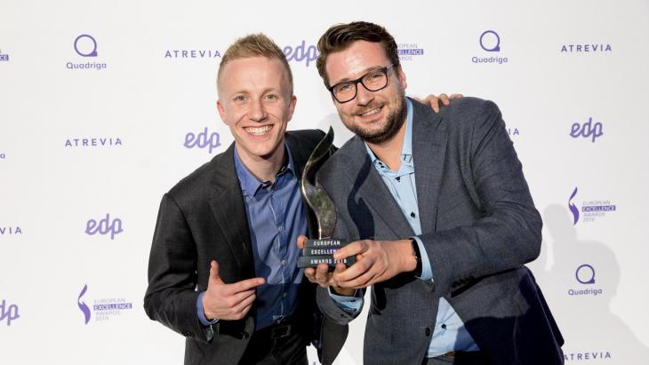 Sebastiaan Hoogendoorn (l)  en Raoul van Wijk met de award