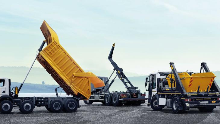 Meerdere vrachtwagens van Hyva op locatie.