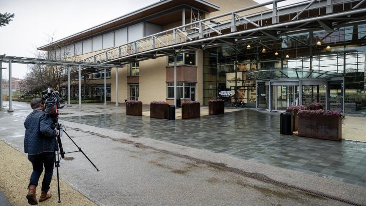 Cameraman maakt zich gereed om het gesloten Nike-kantoor te filmen